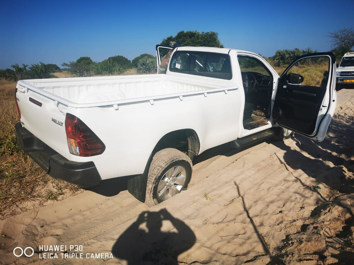 SA National Defence Force soldiers conducted patrols along KwaZulu-Natal and Mozambique borders. They recovered a stolen vehicle Toyota Hilux worth R 389 900. The vehicle was handed over to Manguzi SA Police Service.  #sandf  #OpsNOTLELA #CoronavirusInSA  #COVID19SA https://t.co/cBZUfZBC8v