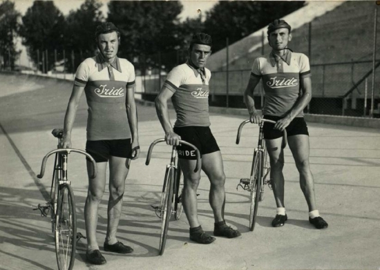 Athletes and board track.  #Iride #fine #italian #bicycles #explore #find #travel #trackracing #boardtrack #racing #riding #speed #performance #heritage #ancestry #venerated #cultural #legacy #premium #ideal  #irideusa https://t.co/8UpwgqBlLw