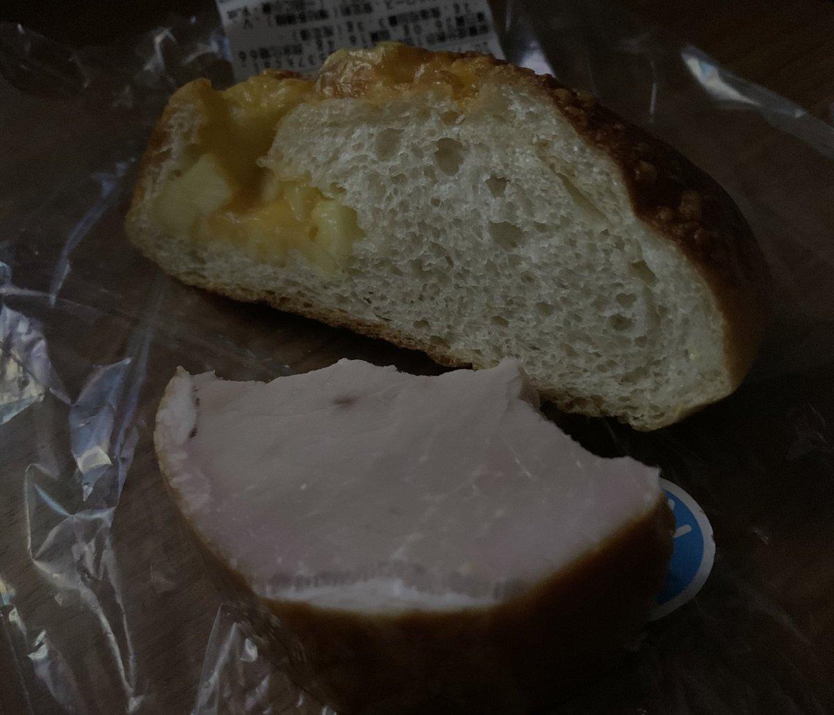 今日はガッツリ仕事で疲れたので手抜き。 いただいた良いハムを頭悪い厚みで切ってそのままかぶりつき、帰りに買った見切りのパンと共にビールで流し込む。 ハムとパンを切っただけでも料理。知らんけど。 #料理 #料理好きな人と繋がりたい #トバリさん召し上がれ https://t.co/ktHg4F7kag