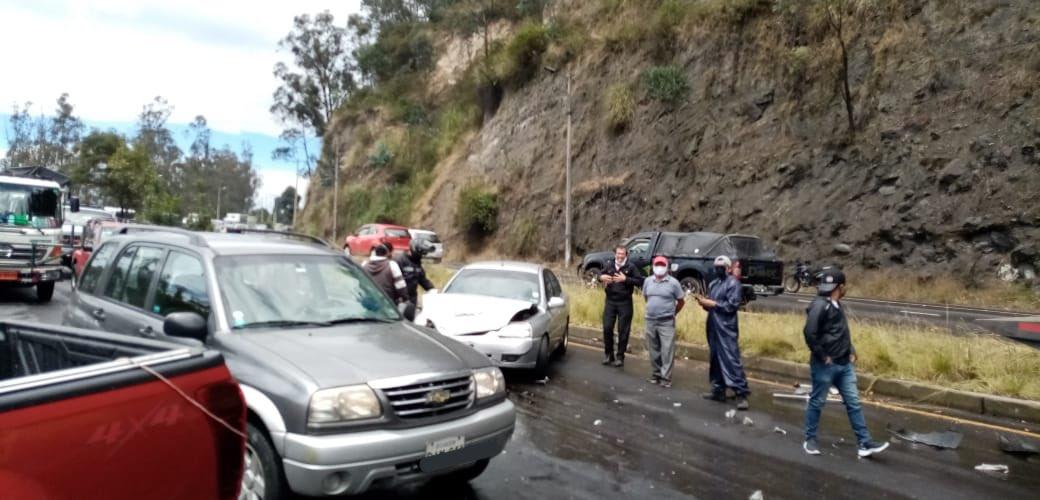 #AMTInforma Accidente de tránsito sobre la av. Simon Bolívar - Conquistadores sector Guápulo, cerrado un carril sentido sur - norte. Personal de salud arriba al lugar. https://t.co/L5Ba0E5mQj