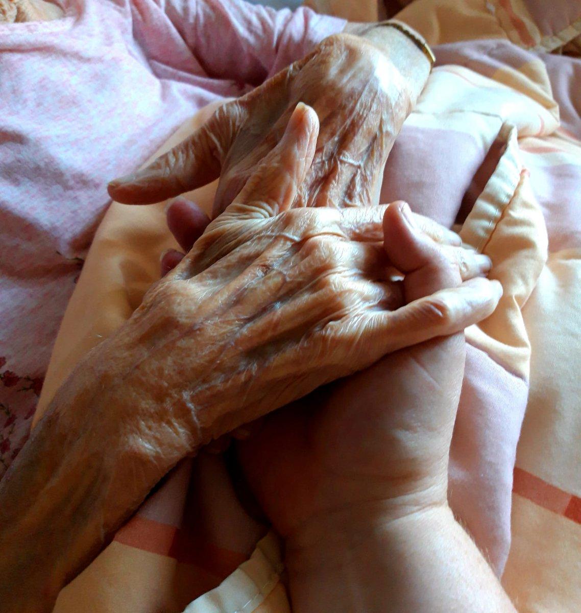 Dit zijn mijn handen, hou ze vast en blijf een beetje hier Dit zijn mijn handen, hou ze vast, het zijn er samen vier Twee handen, ach, wat moet ik ermee Vier is veel meer, veel meer dan twee Dit zijn mijn handen, hou ze vast en blijf een beetje bij me...❤ #ikzorg #ouderenzorg https://t.co/tvSIhwp7KQ