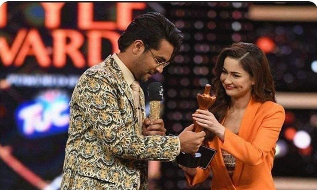 ہانیہ نے اپنے اچھے بھائی کا ایوارڈ عاصم اظہر کو دیا 😂😂💔