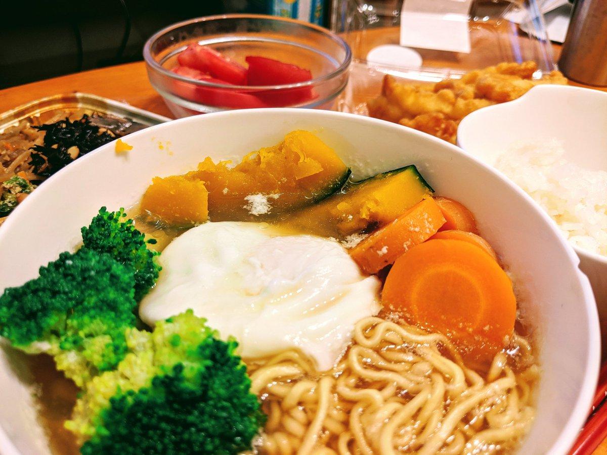 今日は妻と娘がお姉さんところに初お泊り。  ということでインスタントラーメン&出来合いに野菜だけアレンジ飯。  #料理 #料理男子 #おうちでごはん #料理記録 #手料理 https://t.co/LfPBaODXVL