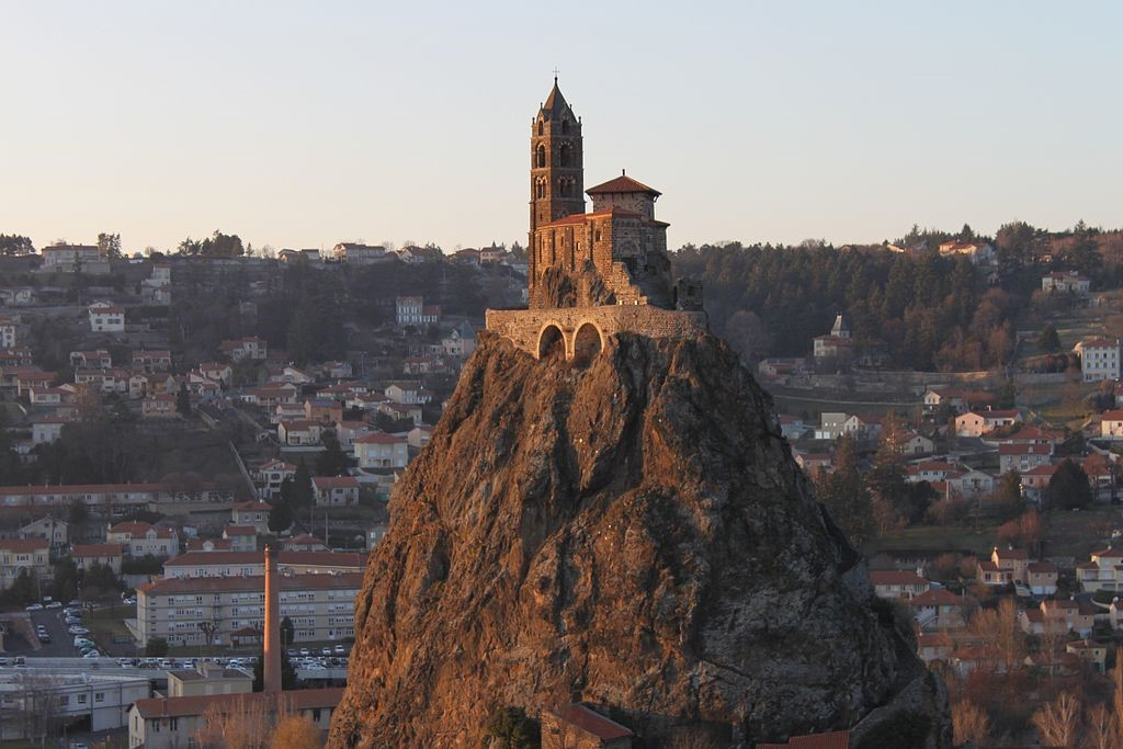 Church of San Miguel It is a small French Romanesque church located in Aiguilhe. The first construction would date back to 961. The church is located on a volcanic neck. The promontory is 85 meters high and can be accessed by 268 steps carved out of the rock.