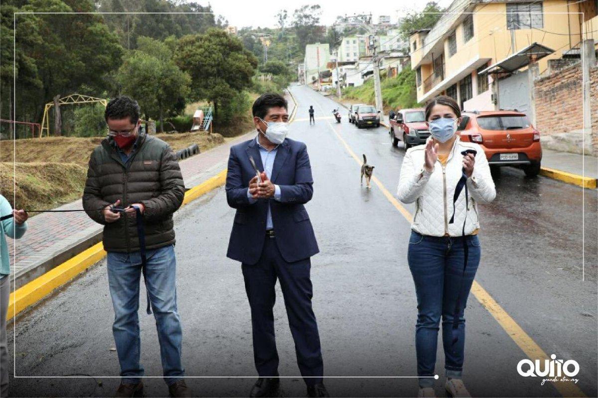 El alcalde de Quito, Dr. Jorge Yunda, recorrió el sur de la ciudad para constatar la ejecución de obras como la repavimentación de la calle Pedro Pinto Guzmán, Luluncoto Alto y la mejora integral de la casa barrial de la cdla. Atahualpa. ¡Más obras para Quito!  #NoTeRelajes https://t.co/dboM5p4uzk