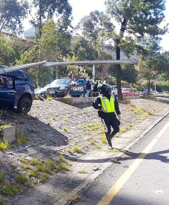 #AMTInforma Accidente de tránsito sobre la av. Mariscal Sucre y Fulgencio Araujo, cerrado un carril sentido norte - sur. Personal de salud en el lugar. https://t.co/zcoibNbIgO