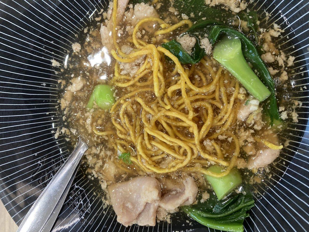 タイ料理ミーコラッナー は日本のあんかけ焼きそば そっくり 食べやすいんですヨ〜  pic.twitter.com/BMieCPg2Nc