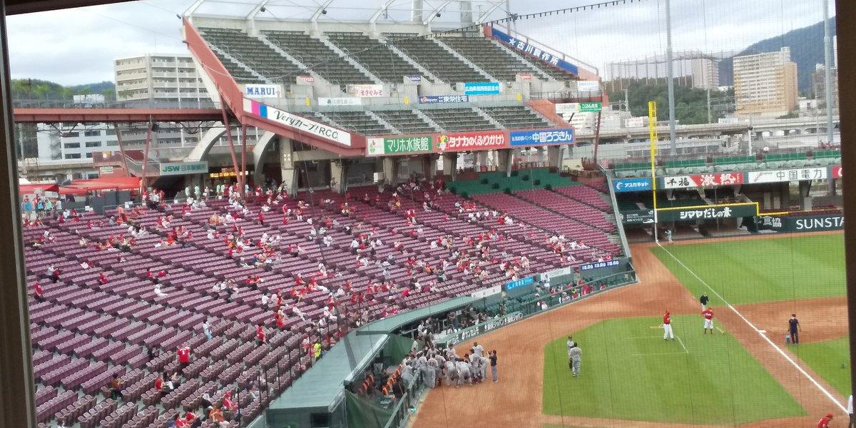 マツダスタジアムは本日から有観客新型コロナウイルス対策で座席は距離を確保三塁側上部のビジターパフォーマンス席とレフト側外野席は未開放ライト側外野席、ライトスタンド上部のパフォーマンス席などそれ以外の席は開放オレンジユニホームを着た巨人ファンも少数ですがいます