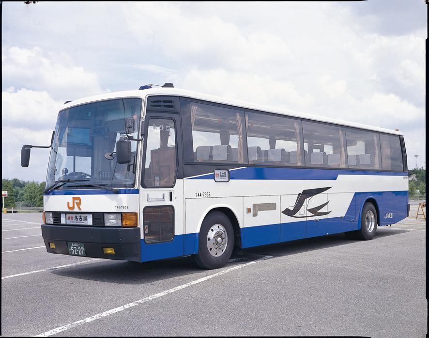 こんにちは(⦿._.⦿)/高速バスの運行状況を更新しています!ずっと雨が降っているので懐かしいバスの写真でも・・・。(雨とか関係ない!)昔の744-7952号車と、現在の744-17952号車です。同じメーカーの同じ車種ですが全然違いますね!#JR東海バス