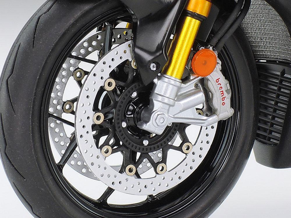 タミヤ「1/12 Honda CBR1000RR-R FIREBLADE SP」。前後のブレーキディスクはパーツ状態で開口済み。足回りの見栄えもグッと高まります。マフラーのサイレンサー部分はスライド金型による一体成形パーツです。