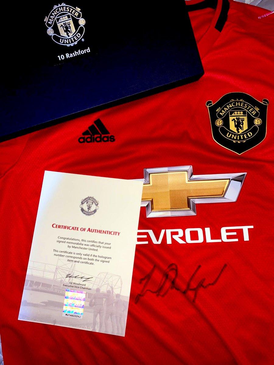 ついに届いだあぁぁぁぁあ!!!ラッシュのサイン入りユニフォーム🥺これからのユナイテッドの顔でありイングランドの顔になる選手。そんな選手のサイン入りユニはもう宝物よ。一生大事にします!!Thank you Rushford🥺😍❤️@MarcusRashford @ManUtd_JP