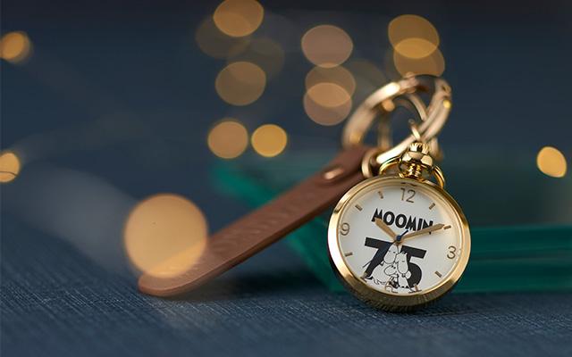 ムーミン75周年の記念アイテムにシックな懐中時計が登場!アナログ時計の良さがぎゅっとつまった一品。かばんにも取り付けやすいカラビナリングつきです。