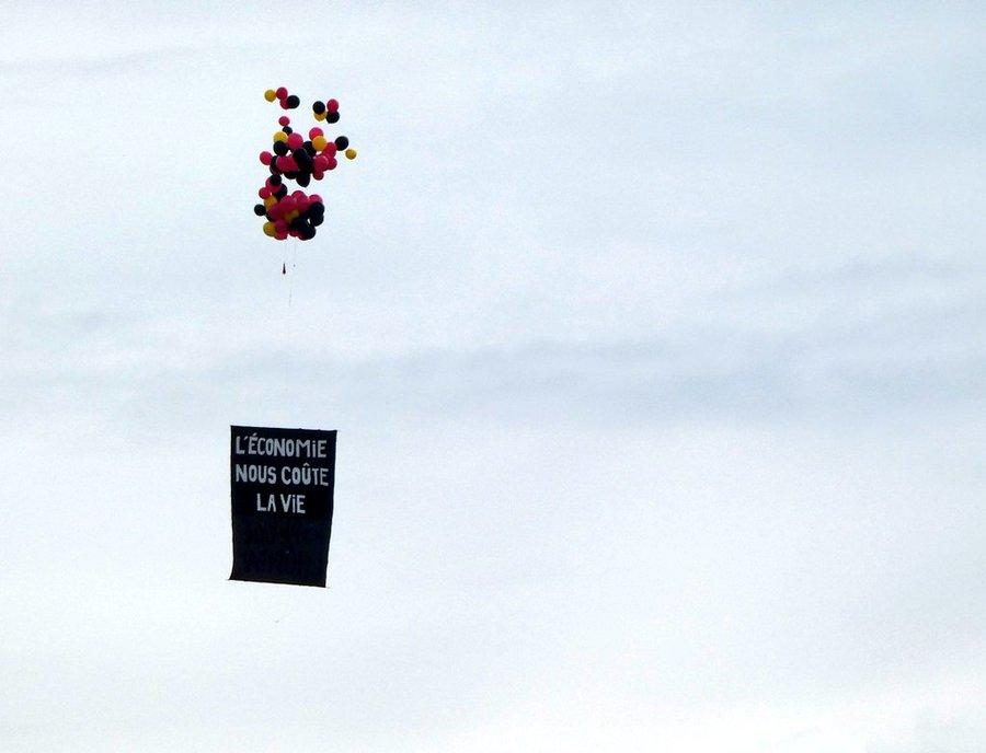 Défilé du 14 Juillet : Une banderole hostile à Macron s'élève dans le ciel pendant la Marseillaise   Ec3_2jsXsAE1yc5?format=jpg&name=900x900