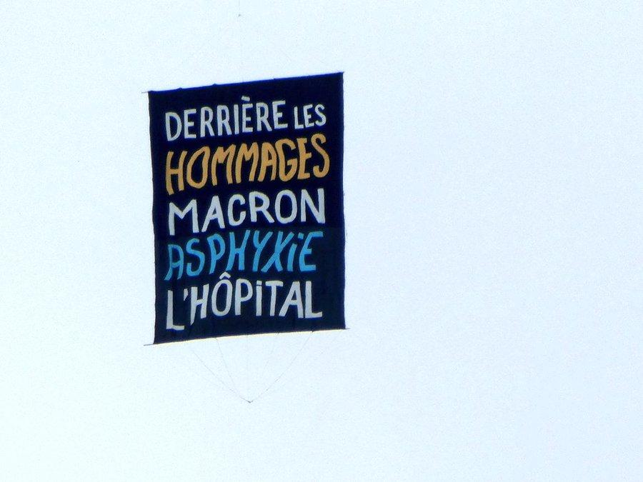 Défilé du 14 Juillet : Une banderole hostile à Macron s'élève dans le ciel pendant la Marseillaise   Ec3_qJFXkAIJbxH?format=jpg&name=900x900