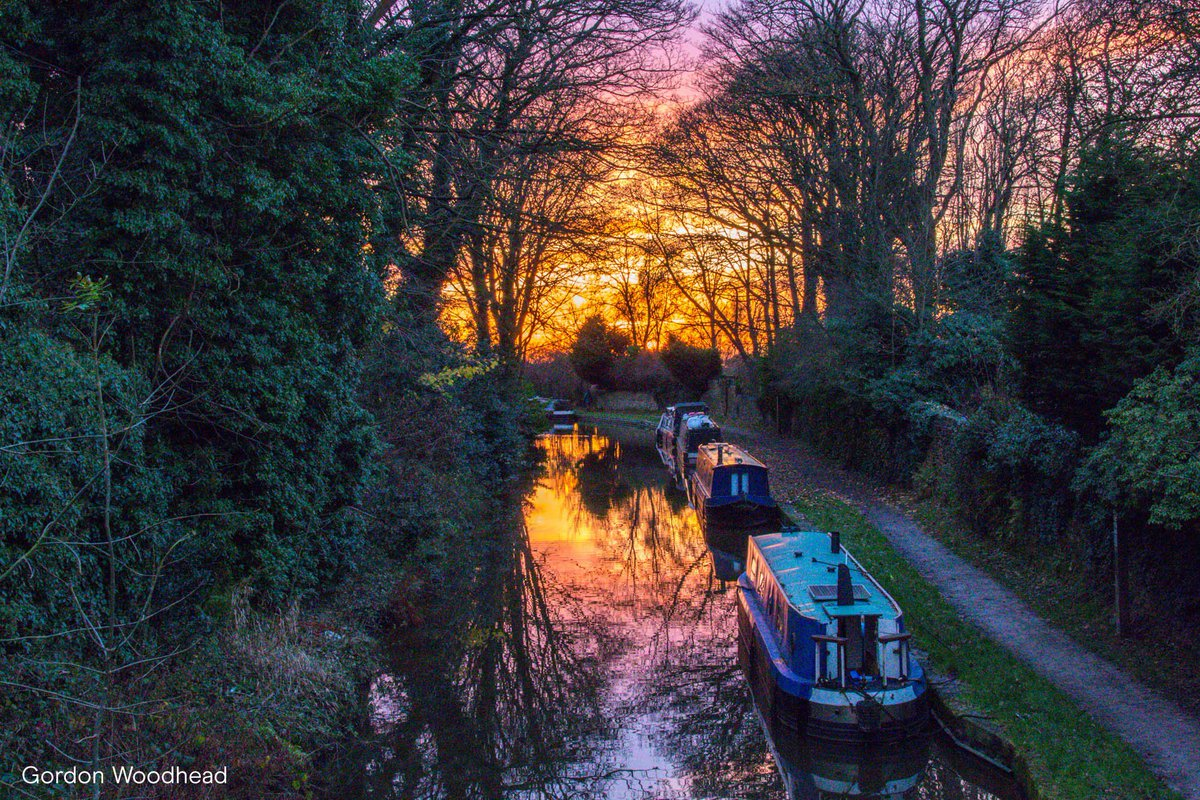 Imagine waking up to the sounds of birds singing and experiencing #GoldenHour as you watch the sunset. You can do this every day on a boating holiday, be inspired and book today: ow.ly/ktkc30qY1NK #SummerOnTheWater 📷 Gordon Woodhead 📍 Peak Forest Canal