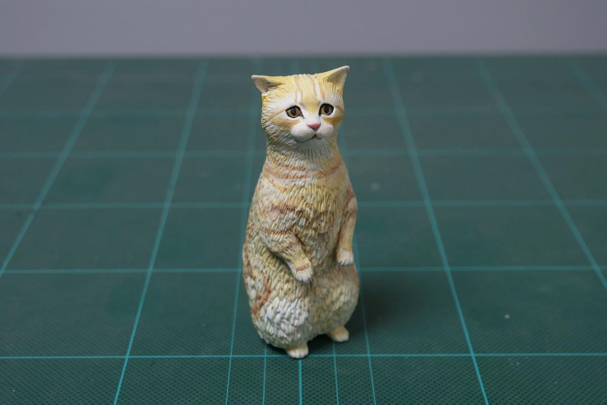 仔猫はよく立つ。最近造形が全然うまくいかない。完成だと思ったら歪んでる。自分の両目の位置がずれてきてるかもしれない。