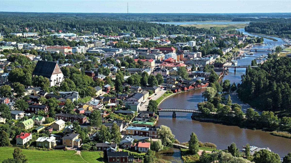 The second oldest town in Finland, #Porvoo is also considered to be most beautiful, and is a favourite day trip from Helsinki for tourists and locals alike: https://t.co/Htui5qXpcv https://t.co/Q4s28ip9HX