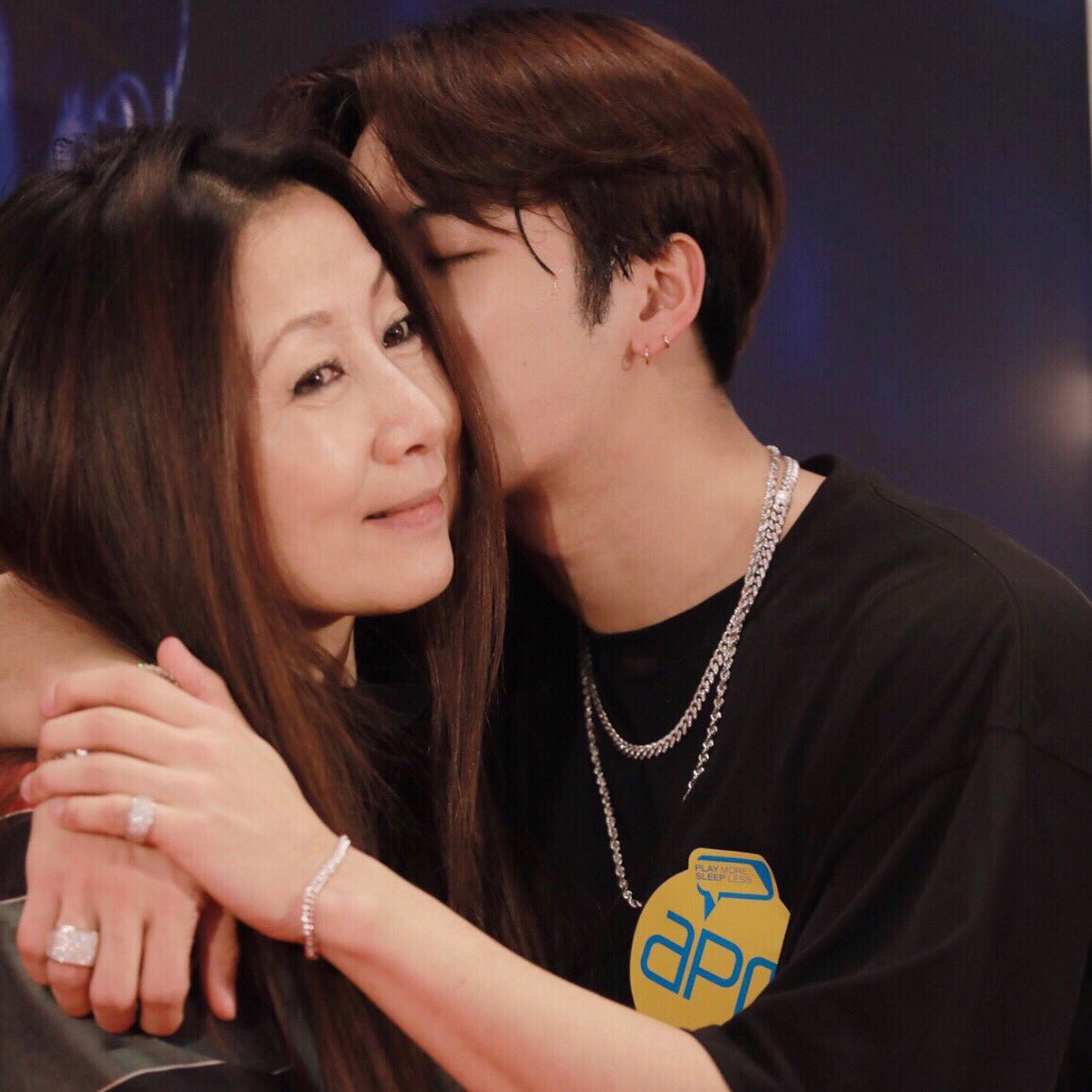 Jackson, a family guy and a loving son who loves his parents so much. Let's uwu and stan Jackson Wang  <br>http://pic.twitter.com/1CVXOQbfU3