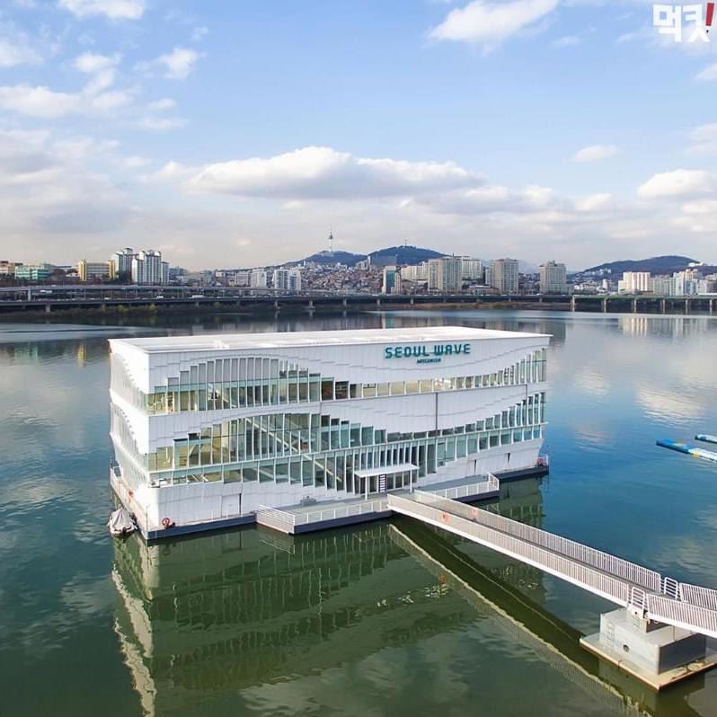สตาร์บัคสาขาใหม่ของเกาหลีตั้งอยู่กลางแม่น้ำฮันไปเลยจ้าาา ใหญ่โต สวยงามอลังการ วิวต้องเริ่ดมากแน่ๆ ปักหมุดกันไว้เลยนะ ต้องได้ไป!! สาขานี้จะอยู่ที่สวนสาธารณะริมแม่น้ำฮันชัมวอน (Jamwon Hangang Park) กำหนดเปิดประมาณช่วงเดือนสิงหาคมหรือกันยายนค่ะ   #รีวิวเกาหลี https://t.co/fMPH1IUHhQ