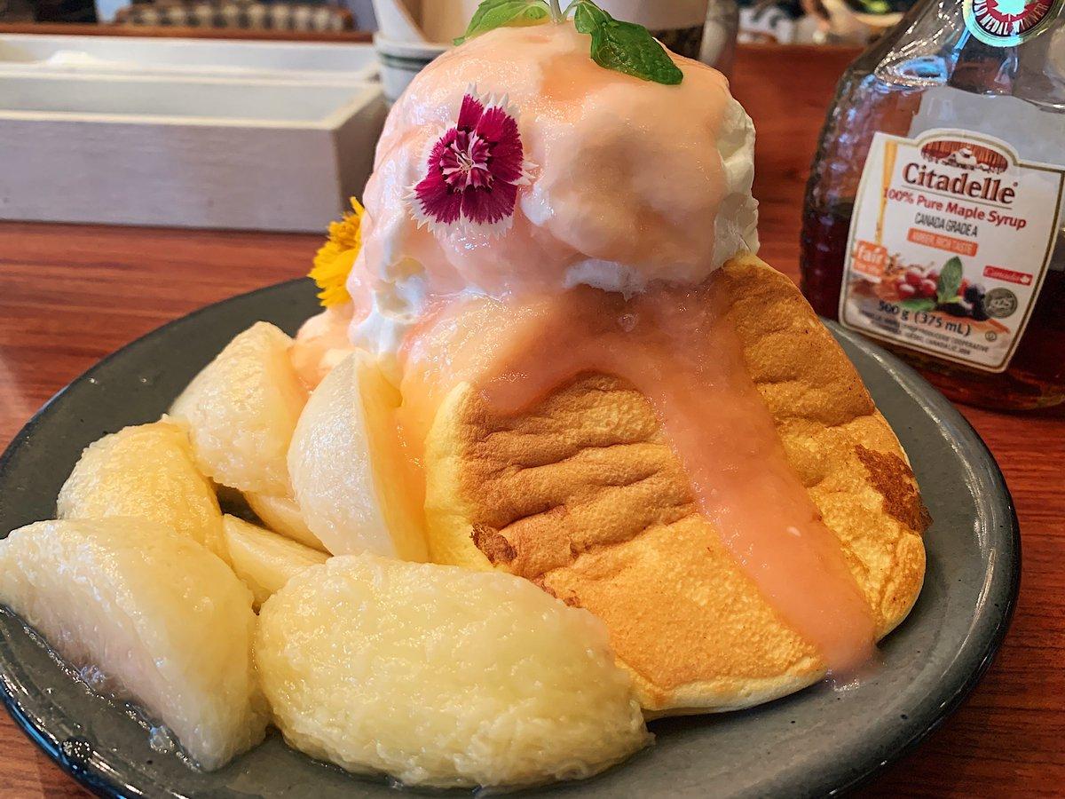 【ESPRESSO D WORKS】@東京:恵比寿駅から徒歩5分桃をゴロゴロ乗せたパンケーキを食べられるカフェ。ジューシーな食感の桃が贅沢に丸ごと一個使われており、ふわふわパンケーキとのコントラストがたまらない!中には桃フレーバーのシャーベットも隠れていて桃まみれになりたい人にオススメ!