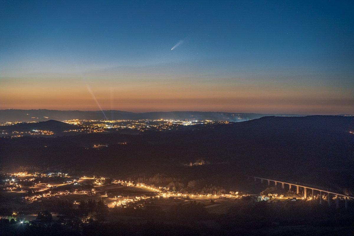 El cometa #Neowise ya se puede ver al atardecer. Aquí está encima de #Santiago de #Compostela, visto desde el Pico Sacro. https://t.co/ygRvSJlZSX