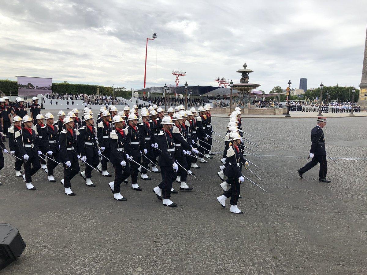 Défilé du #14Juillet : place aux unités défilantes à pied. Fierté et honneur pour ces femmes et hommes de la Sécurité civile !  @PompiersParis @MarinsPompiers @12BSPFrance @ENSOSP https://t.co/P50SnSEUP3