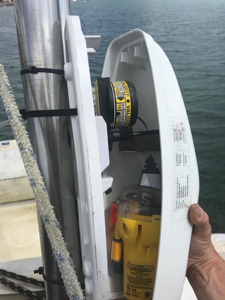 Fase VII del mantenimiento del velero Diosa Maat ⛵️. Comprobación de todos los sistemas de seguridad a bordo, con actualización de los que tienen fecha de caducidad próxima. En la mar, la seguridad es una prioridad!!!!🆘❤️ https://t.co/ZBK3CzEwWO