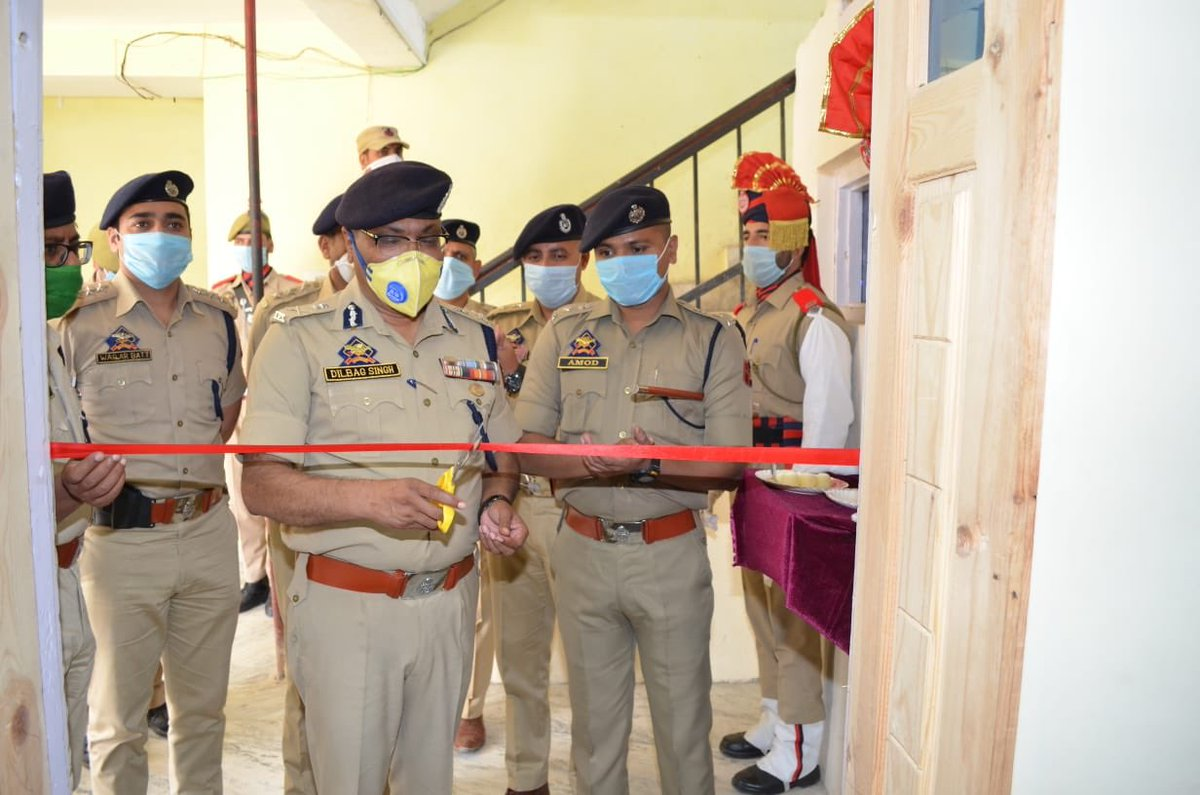 DGP J&K Sh Dilbag Singh visits Budgam, Awantipora. Inaugurates monitoring cell,addresses Darbar at Budgam and Chairs officers meet at Awantipora.Says alongwith terrorism other crimes are to kept under check.Directs for booking poppy cultivators ,peddlers under PSA. pic.twitter.com/YG4cPTIIZw