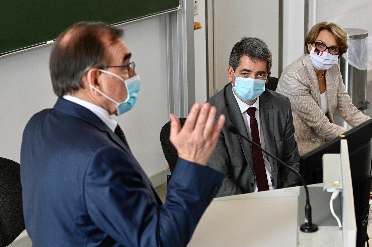 """Le président de la @regiongrandest Jean Rottner """"milite pour"""" le masque obligatoire dans les lieux publics clos, demandé par Emmanuel Macron https://t.co/7GQiwvDRC0 https://t.co/YAtYYPPk9S"""