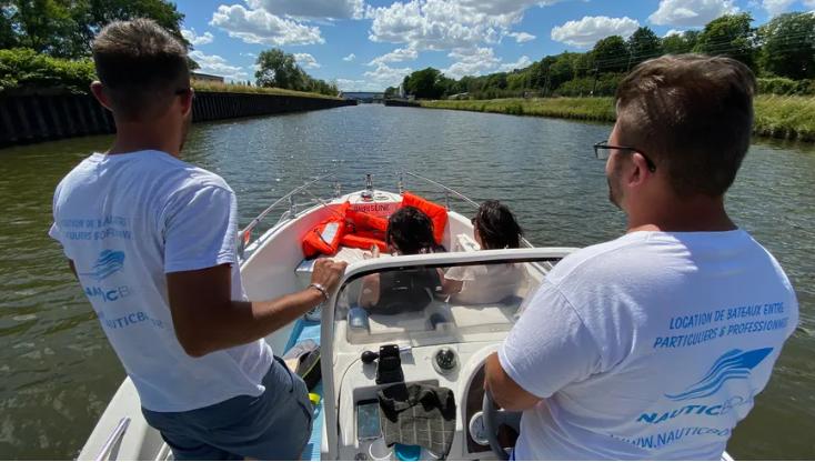 """""""On leur permet de souffler un peu"""" : tout l'été, deux jeunes de #Metz offrent aux soignants des balades gratuites en bateau sur la Moselle https://t.co/xAWMlCyD8A https://t.co/9PavprYiTE"""