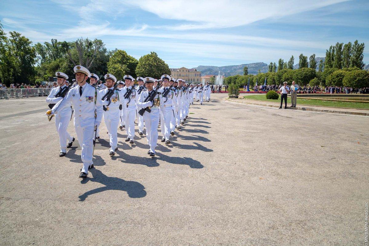 [#14juillet] Le bataillon des @MarinsPompiers de @marseille est la plus grande unité de la Marine nationale, avec 2500 hommes et femmes. Elle assure plus de 125000 interventions par an, soit 350 interventions par jour, c'est-à-dire un départ toutes les 5 minutes! 🚒⚓️🇫🇷 https://t.co/FC2TDoQFKy