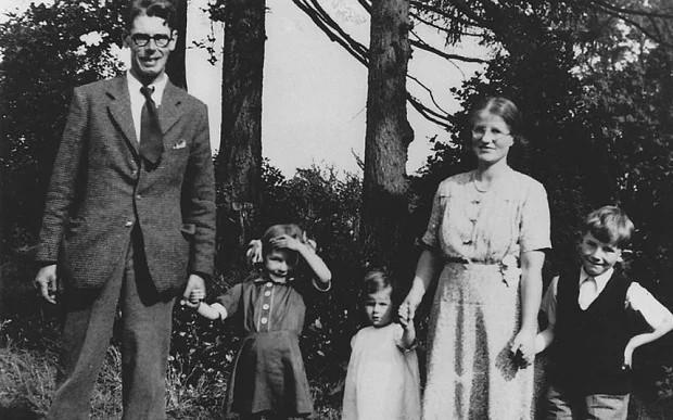 Persistente, Margaret le comento a la madre de Wilbert sobre las historias, está respondió con interés y dijo que un amigo escritor suyo podría ayudar a conseguir una publicación.   Wilbert finalmente accedió, pero debido a algunos contratiempos el libro se publicó hasta 1945.pic.twitter.com/kKxvbM0xI7