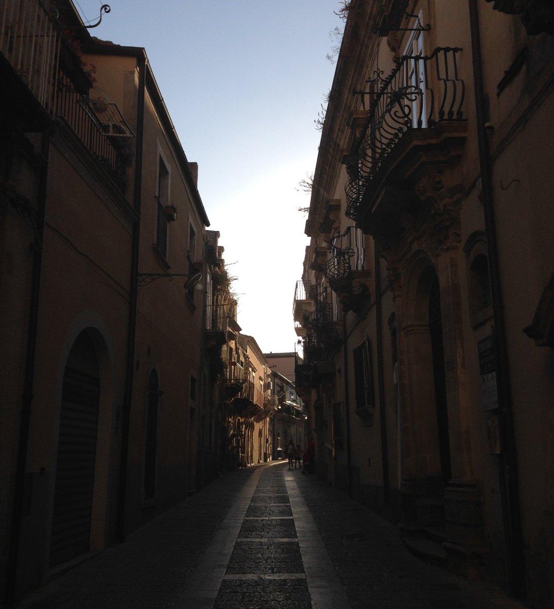 #sunset in the #city #sicilia #italia #bellaitalia #vacanzeitaliane #vacanzeinitalia #italiandays #travelphotografy #tagsta_travel #amazing  #aroundtheworld #tourist #worldplaces #traveler #goodvibes #luxurytravel #happyday #livesocial #digitalnomadpic.twitter.com/PW9jaUXafh