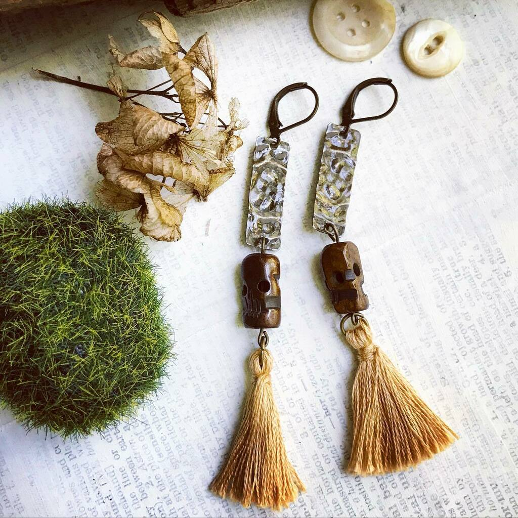 These unique, long tassel earrings have finally made their way into the Etsy shop. #etsyshop #etsyjewelry #handmadejewelry #tassels #tasselearrings #jewelry #brown #ooak #upcycled #reclaimedtin #tinjewelryartist https://instagr.am/p/CCoPKKDA8e3/ pic.twitter.com/FYpcG4ForY