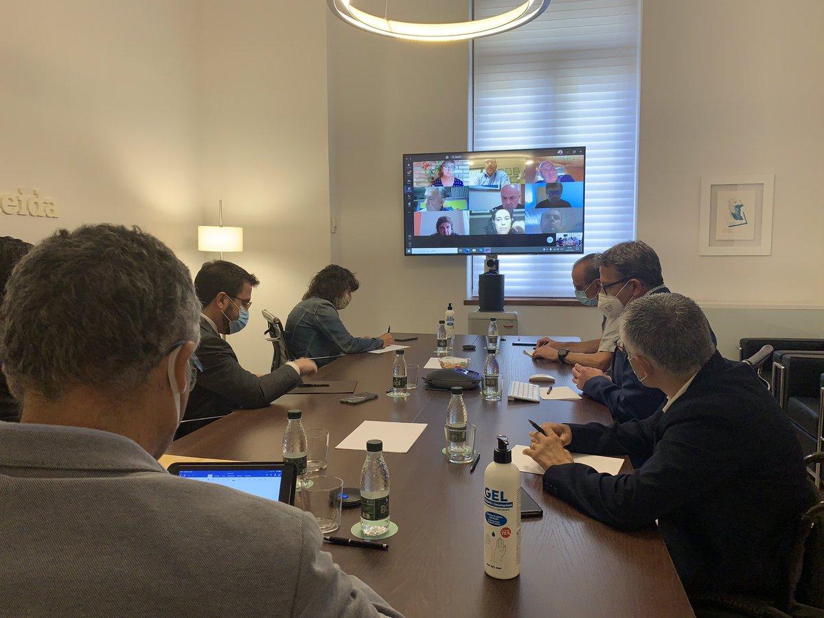 El vicepresident @perearagones i la consellera @TeresaJorda participen en una reunió telemàtica amb el món econòmic de #Lleida des de la Diputació, amb el president @LoJoan Talarn, el vicepresident @jordi_latorre i l'alcalde @MiquelPueyo. https://t.co/krgJMQptmY