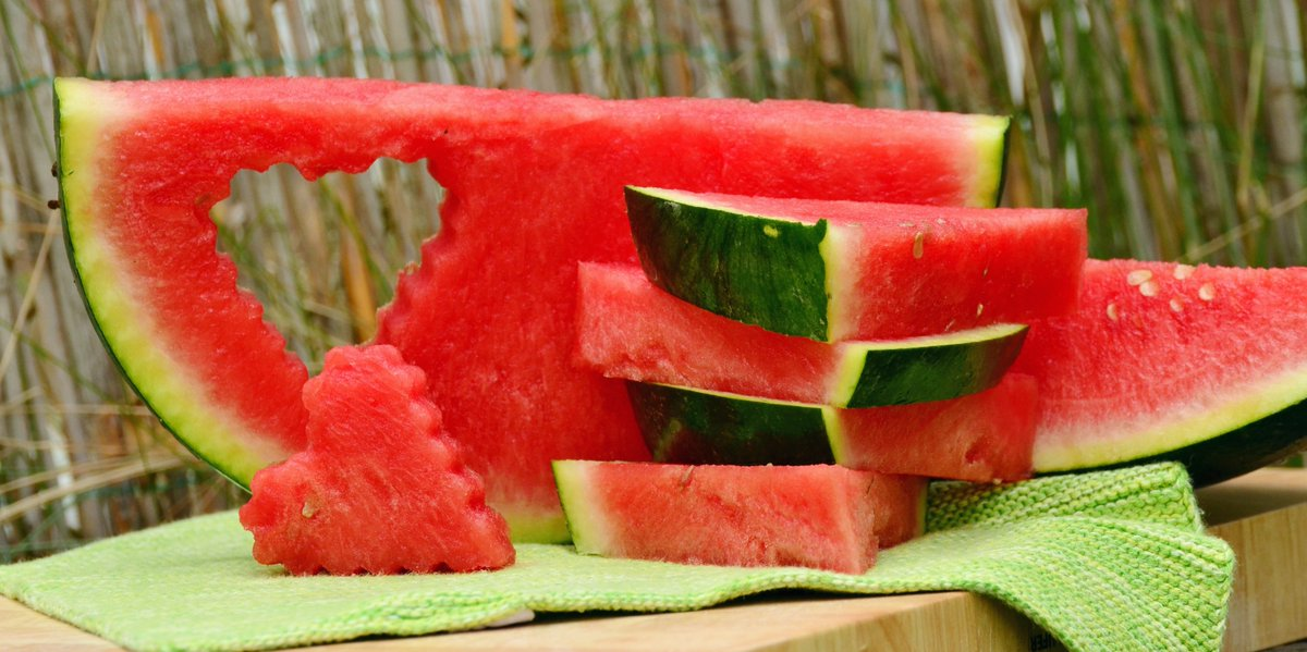 #DidYouKnow that watermelon is good for your heart?  Melons are rich in potassium.  A potassium-rich diet helps ease tension in your blood vessel walls, which may help control blood pressure & regulate heart beat.  #wednesdaymorning #Sustainability #WednesdayMotivation #DYK https://t.co/OElOIno2Oc