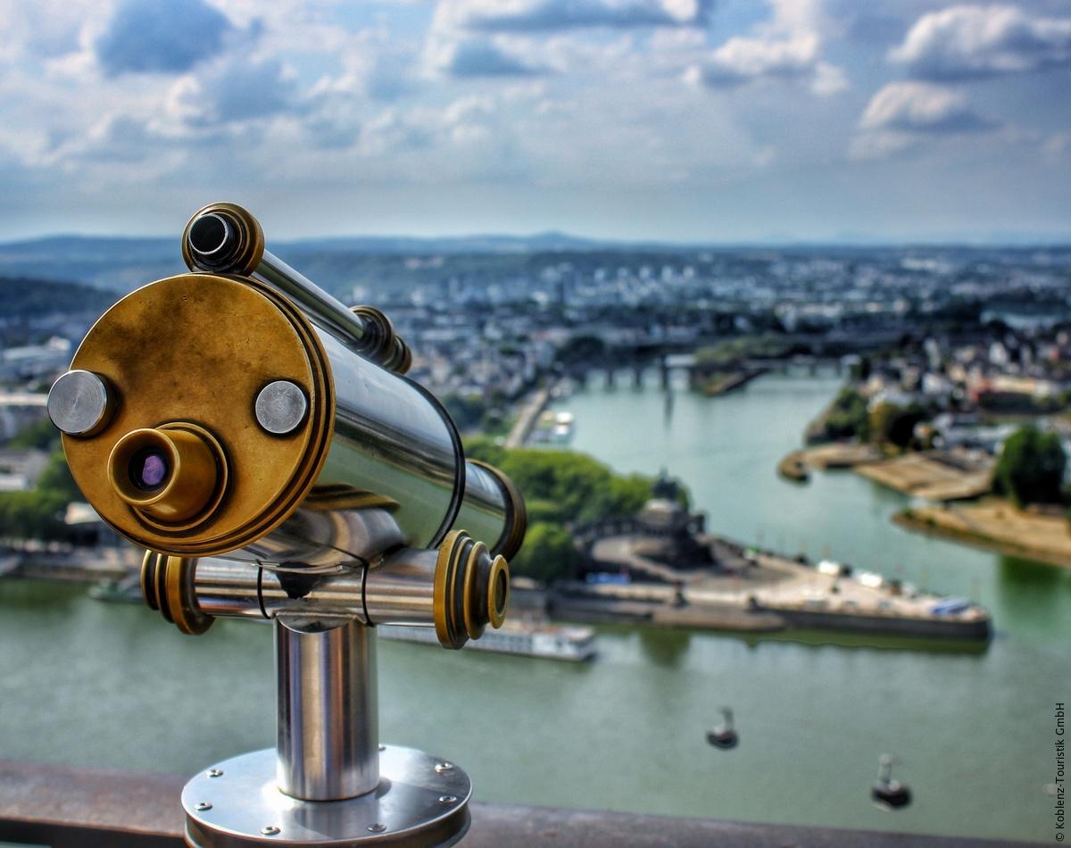 Bij het bekende Deutsches Eck in Koblenz mondt de Moezel in de Rijn. Deze 2.000 jaar oude stad wordt omringd door middelgebergtes, wijngaarden en bossen, een fijne vakantiebestemming! 😍 #GermanyAwaitsYou https://t.co/iBf5LlZmiW