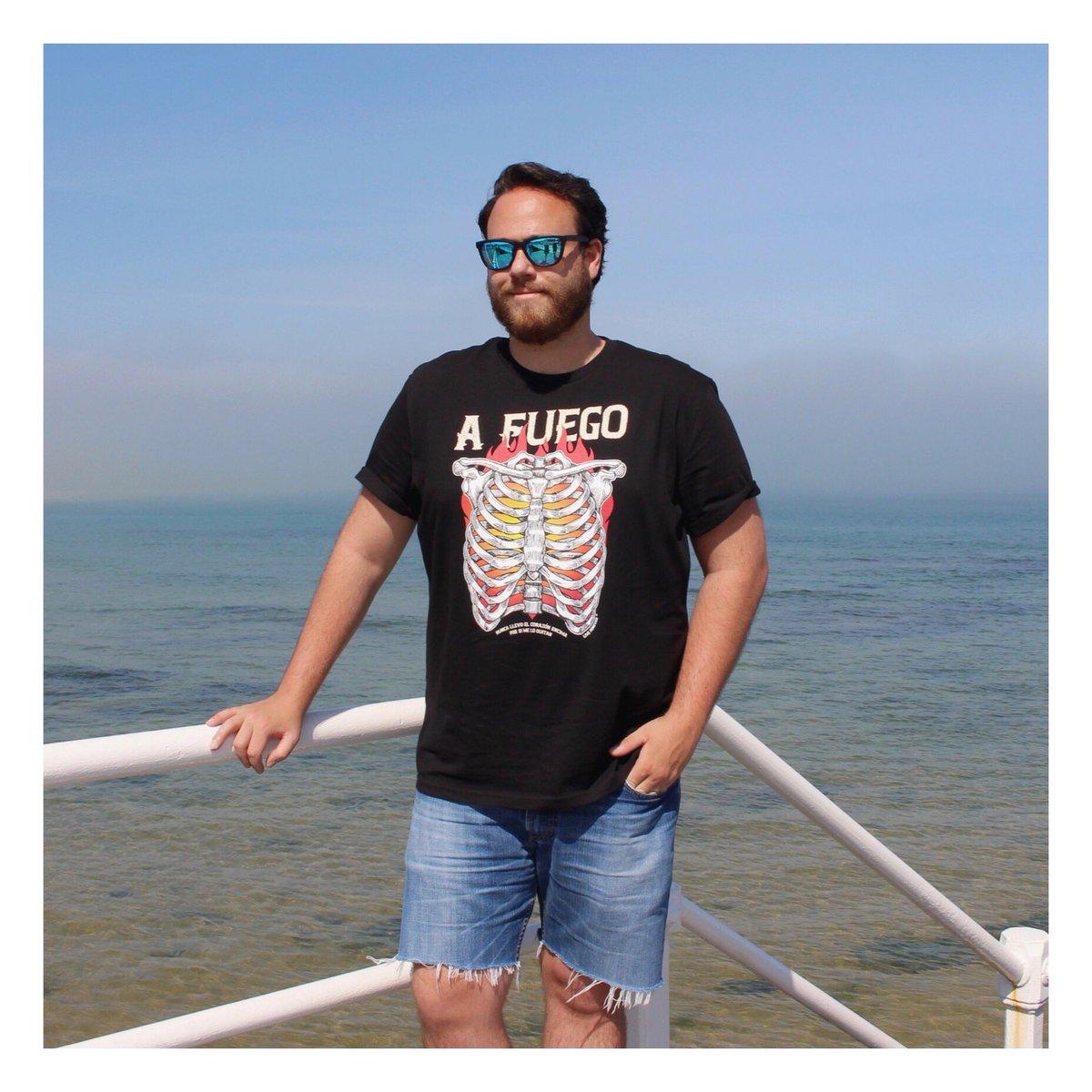 """"""" Voy a tatuarme azul una casita,   para que allí vivan nuestros corazones """"  Camiseta A Fuego  de algodón orgánico todas tallas disponibles en nuestra tienda online http://www.liveforever.es  #14Julio #camisetas #marca #moda #fashion #sostenible #ethicalfashion #fuegopic.twitter.com/hLzDywQkaa"""