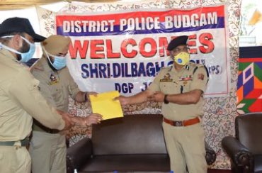 Worthy DGP J&K, Shri Dilbagh Singh IPS visited Police component Budgam, interacted with Jawans, felicitated officials for their exemplary performance and inaugrated New Electronic surveillance unit .... @JmuKmrPolice @KashmirPolicepic.twitter.com/TanyB7uxEy