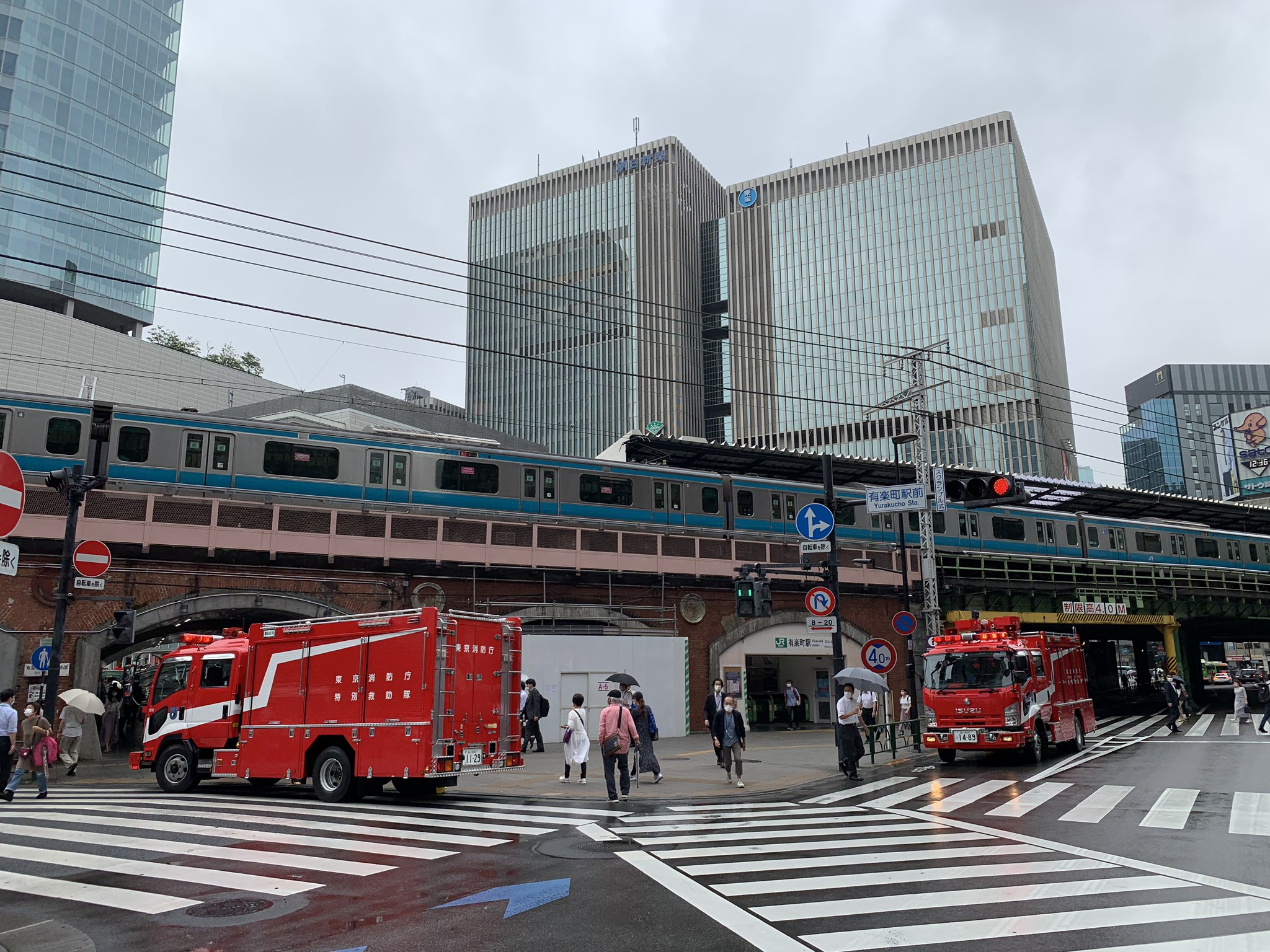 有楽町駅に緊急車両が集結している画像