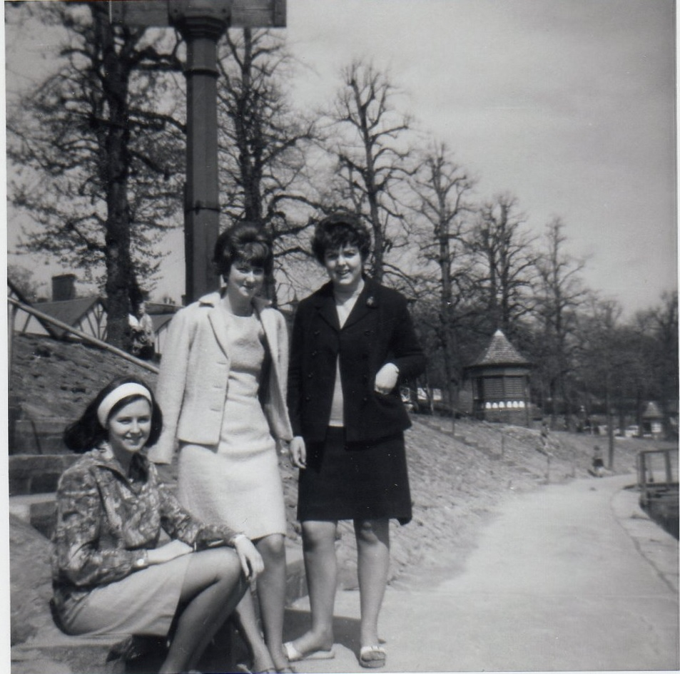 This photo was donated by Geoff Mackenzie (1969). Pictured are students enjoying a day out next to the River Dee in the late 60s. #MyChesterStory #AlumniHistory https://t.co/Ke12mIIKTS