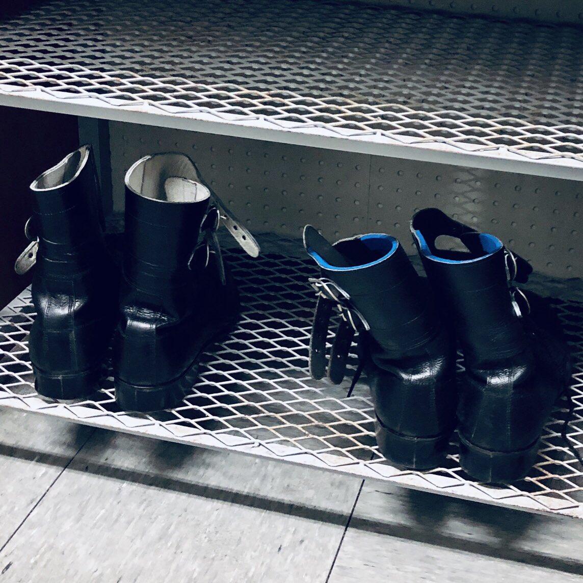 【#未満警察日誌】ある日(3月上旬)のカイくん(#中島健人) とジロちゃん(#平野紫耀)のひとコマ。夕食休憩中、楽屋で少し仮眠していた平野さん。休憩が終わりスタジオ前の控え室で平野さんの顔を見た中島さんは「起きたての顔してるぞ(笑)。おはよう」と優しく声をかけていました☺️#未満警察 #日テレ