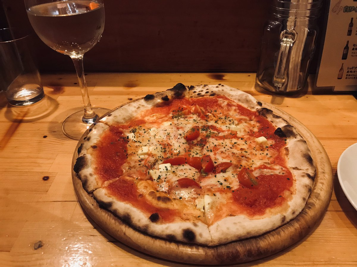 CONAのコスパは本当にすごい。30種類くらいのピザが全部500円。しかもおいしい。生地パリパリ、チーズたっぷり。これはトマト&クリームチーズ。1人呑みに最適。三田や五反田、麻布十番にもあるよ。