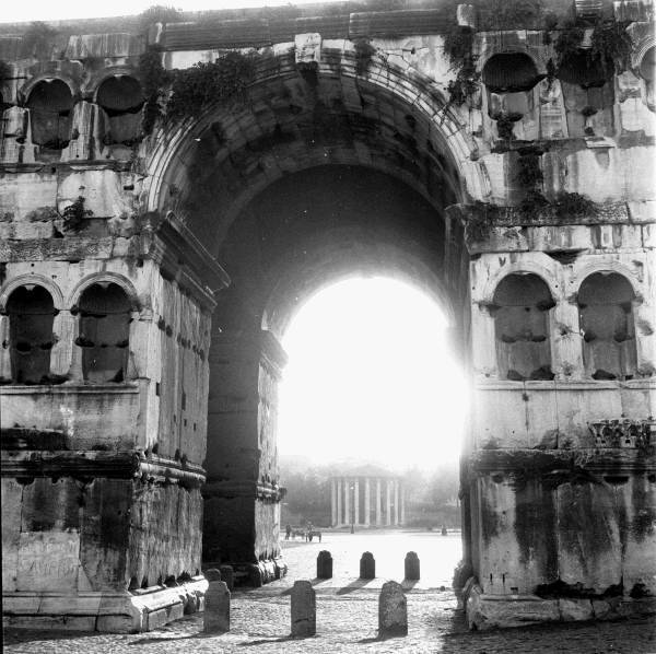 Arch of Janus and round temple of Forum Boarium   Photo by Georgina Masson  (active 1950-1965) #Rome #Italy pic.twitter.com/7lIPGicTsE