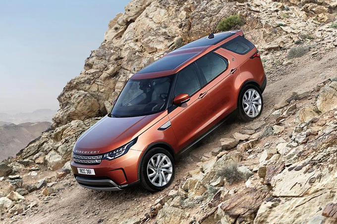 The #LandRover #Discovery not only looks truly at home in the #city, but also drives impeccably off-road. The clever Terrain Response 2 system selects the driving mode for the best performance. #Follow the link to explore this model. https://crowd.in/yHSuYkpic.twitter.com/Ki5wvJFJMi