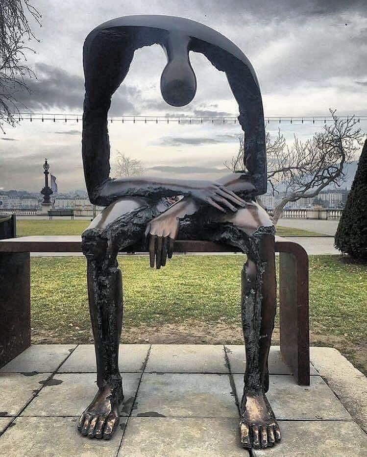 """تمثال """"الفراغ"""" وهو ذلك الاحساس بانك خالي تماما وفارغ. يتكون عند من لديهم حزن مزمن او اكتئاب.   نصب هذا التمثال بجنيفا سويسرا من عمل النحات البيرت جيورجي https://t.co/7ibtAVz1yJ"""