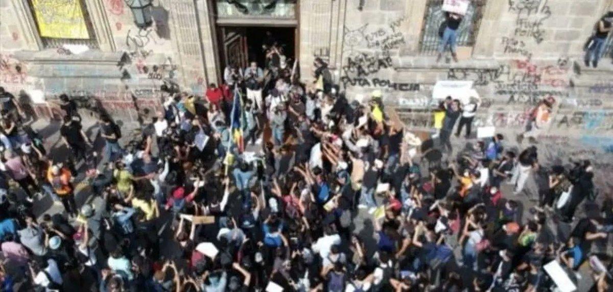 La gente de Jalisco salió a Protestar ante la muerte de Giovanni a pesar de las amenazas de #alfarorepresor y me da tristeza que la gente de Guanajuato no se manifieste ante esta ola de violencia. Será que les gusta vivir en el nuevo Vietnam de @diegosinhue? https://t.co/EuMOhc7T0s