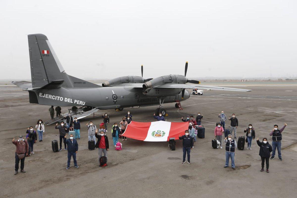 Para reforzar la capacidad de lucha contra el #COVID19, un equipo de médicos y enfermeras partió rumbo a Chiclayo. Ellos se suman a los 374 #HéroesDeLaSalud desplegados en distintas regiones del país. #LaSaludNosUne. https://t.co/2QQz245a1A