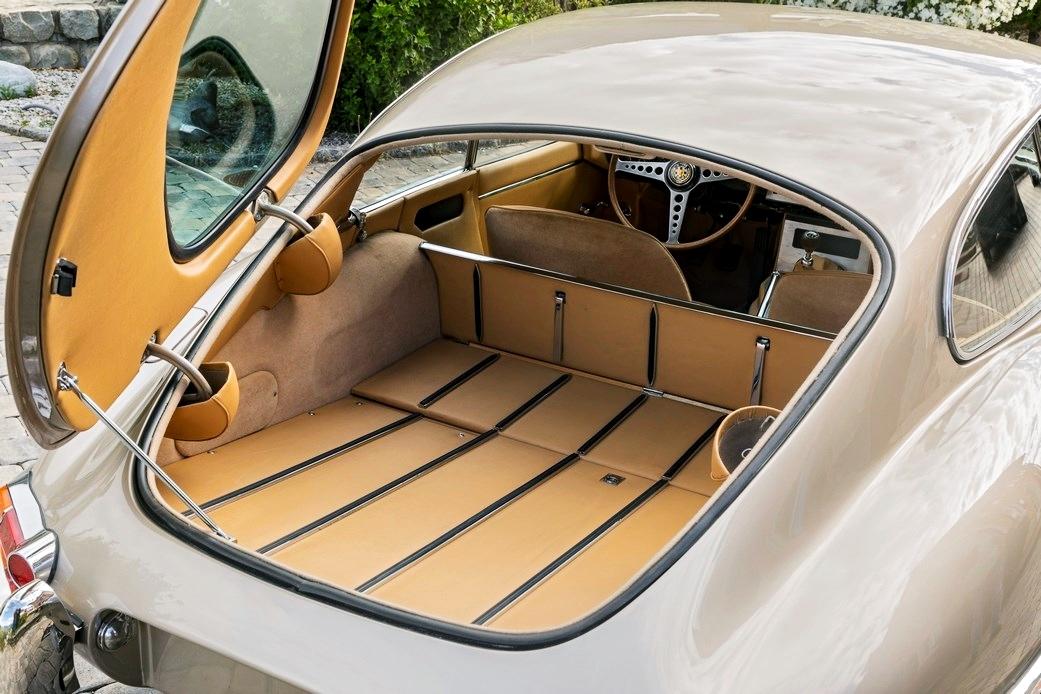 Ready for #Caturday ... For Sale - Zu Verkaufen  1963 🇬🇧 #Jaguar E E-TYPE SERIE 1 3.8 CHF 229'000.–  Anbieter: © by Galantica Collection SA, 3970 Salgesch (CH) Galantica Collection - The Best Investment - Since 40 years https://t.co/XbkV56KDzJ