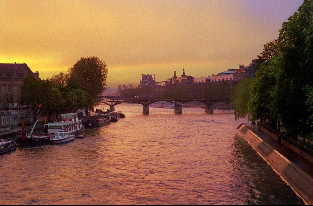 Sunset over the Seine...Bon weekend! #Paris #parisjetaime #Travel #FridayFeeling @davidphenry pic.twitter.com/616glWmLpC